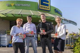 Martin Hoffmann verteilt Osterkarten mit der SPD